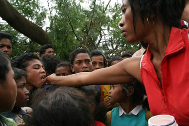 Teresa distributes vitamins to village children